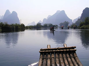 Bambuflotte p floden, Yangshuo, Guiin