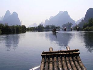 Bambuflotte på floden, Yangshuo, Guiin