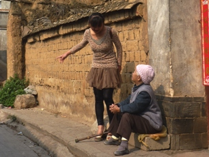 Samtal mellan gammal och ung, Jianshui, Yunnan