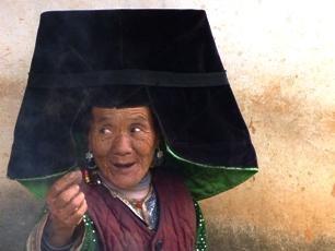 Kvinna vid sjön Lugu, norra Yunnan